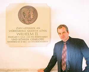 Matthes Haug neben Gedenktafel